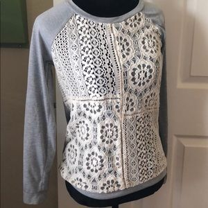 Long sleeved grey T-shirt with lace front
